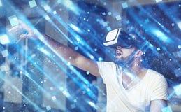 Νεαρός άνδρας με τα γυαλιά VR που παίζει την εικονική πραγματικότητα Στοκ Εικόνες