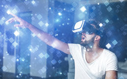 Νεαρός άνδρας με τα γυαλιά VR που παίζει την εικονική πραγματικότητα Στοκ Εικόνα
