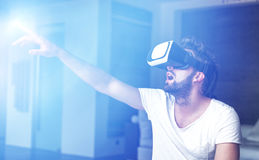 Νεαρός άνδρας με τα γυαλιά VR που παίζει την εικονική πραγματικότητα Στοκ Φωτογραφία