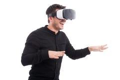 Νεαρός άνδρας με τα γυαλιά VR σχετικά με κάτι Στοκ Εικόνα