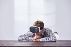 Νεαρός άνδρας με τα γυαλιά VR Στοκ φωτογραφία με δικαίωμα ελεύθερης χρήσης