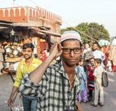 Νεαρός άνδρας με τα σύγχρονα γυαλιά Στοκ Φωτογραφία