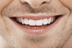 Νεαρός άνδρας με τα τέλεια άσπρα δόντια Στοκ Φωτογραφίες