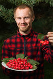 Νεαρός άνδρας με τα φρούτα του κραταίγου Στοκ εικόνα με δικαίωμα ελεύθερης χρήσης