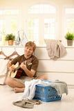 Νεαρός άνδρας με την κιθάρα και το πλυντήριο Στοκ εικόνες με δικαίωμα ελεύθερης χρήσης