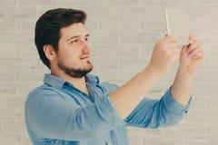 Νεαρός άνδρας με την ταμπλέτα Στοκ Φωτογραφία