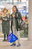 Νεαρός άνδρας με τη βαμμένη εμφάνιση στον κεντρικό σιδηροδρομικό σταθμό της Ουτρέχτης, Κάτω Χώρες Στοκ εικόνες με δικαίωμα ελεύθερης χρήσης