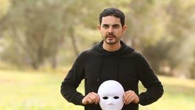 Νεαρός άνδρας με τη μάσκα που αντιπροσωπεύει τις επιθετικές συγκινήσεις απόθεμα βίντεο