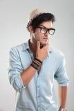 Νεαρός άνδρας με τη σκέψη γυαλιών Στοκ φωτογραφία με δικαίωμα ελεύθερης χρήσης