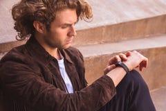 Νεαρός άνδρας με τον ιχνηλάτη δραστηριότητας Έξυπνη αθλητική συσκευή Στοκ Εικόνες
