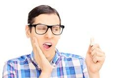 Νεαρός άνδρας με τον πόνο πονόδοντου που κρατά τα δόντια του Στοκ εικόνα με δικαίωμα ελεύθερης χρήσης