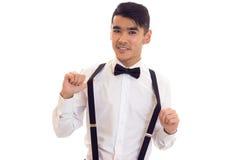 Νεαρός άνδρας με τον τόξο-δεσμό και suspenders Στοκ εικόνα με δικαίωμα ελεύθερης χρήσης