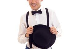 Νεαρός άνδρας με τον τόξο-δεσμό, suspenders και το καπέλο Στοκ φωτογραφία με δικαίωμα ελεύθερης χρήσης