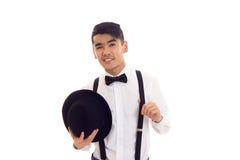 Νεαρός άνδρας με τον τόξο-δεσμό, suspenders και το καπέλο Στοκ φωτογραφίες με δικαίωμα ελεύθερης χρήσης