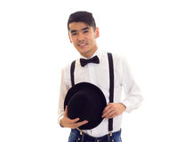 Νεαρός άνδρας με τον τόξο-δεσμό, suspenders και το καπέλο Στοκ εικόνα με δικαίωμα ελεύθερης χρήσης