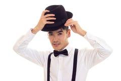 Νεαρός άνδρας με τον τόξο-δεσμό, suspenders και το καπέλο Στοκ εικόνες με δικαίωμα ελεύθερης χρήσης