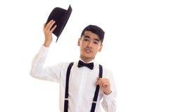 Νεαρός άνδρας με τον τόξο-δεσμό, suspenders και το καπέλο Στοκ Φωτογραφίες