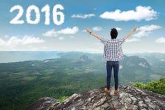 Νεαρός άνδρας με τους αριθμούς 2016 στο βουνό Στοκ φωτογραφίες με δικαίωμα ελεύθερης χρήσης