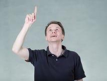Νεαρός άνδρας με το δάχτυλο Στοκ φωτογραφία με δικαίωμα ελεύθερης χρήσης