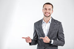 Νεαρός άνδρας με το έξυπνο ρολόι Στοκ Εικόνες