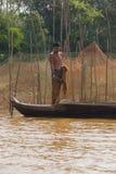 Νεαρός άνδρας με το δίχτυ του ψαρέματος Στοκ Εικόνες