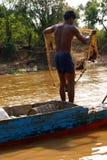 Νεαρός άνδρας με το δίχτυ του ψαρέματος Στοκ εικόνα με δικαίωμα ελεύθερης χρήσης