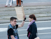 Νεαρός άνδρας με το αστείο έμβλημα Στοκ φωτογραφίες με δικαίωμα ελεύθερης χρήσης