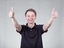 Νεαρός άνδρας με το εντάξει σημάδι Στοκ φωτογραφία με δικαίωμα ελεύθερης χρήσης