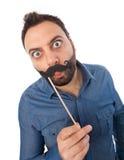 Νεαρός άνδρας με το θάλαμο φωτογραφιών mustache στοκ φωτογραφία με δικαίωμα ελεύθερης χρήσης