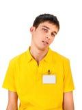 Νεαρός άνδρας με το κενό διακριτικό Στοκ φωτογραφία με δικαίωμα ελεύθερης χρήσης