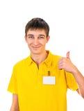 Νεαρός άνδρας με το κενό διακριτικό Στοκ Φωτογραφία