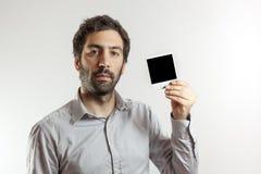 Νεαρός άνδρας με το κενό πλαίσιο φωτογραφιών Στοκ Φωτογραφίες
