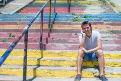 Νεαρός άνδρας με το κινητό τηλέφωνο στην παλαιά σκάλα Στοκ εικόνες με δικαίωμα ελεύθερης χρήσης