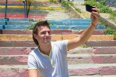 Νεαρός άνδρας με το κινητό τηλέφωνο στην παλαιά σκάλα Στοκ φωτογραφίες με δικαίωμα ελεύθερης χρήσης
