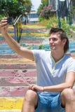 Νεαρός άνδρας με το κινητό τηλέφωνο στην παλαιά σκάλα Στοκ φωτογραφία με δικαίωμα ελεύθερης χρήσης