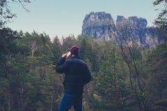 Νεαρός άνδρας με το κινητό τηλέφωνο στο δασικό τοπίο, Στοκ φωτογραφίες με δικαίωμα ελεύθερης χρήσης