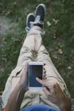 Νεαρός άνδρας με το κινητό τηλέφωνο υπαίθριο Στοκ φωτογραφία με δικαίωμα ελεύθερης χρήσης