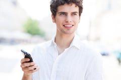 Νεαρός άνδρας με το κινητό τηλέφωνο Στοκ Φωτογραφίες