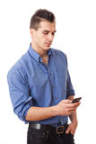 Νεαρός άνδρας με το κινητό τηλέφωνο. Στοκ φωτογραφία με δικαίωμα ελεύθερης χρήσης