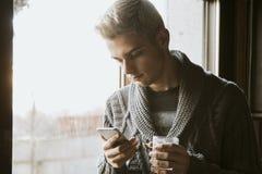Νεαρός άνδρας με το κινητό τηλέφωνο Στοκ φωτογραφίες με δικαίωμα ελεύθερης χρήσης