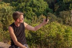 Νεαρός άνδρας με το κινητό τηλέφωνο, Goa, Ινδία Στοκ φωτογραφία με δικαίωμα ελεύθερης χρήσης