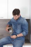 Νεαρός άνδρας με το κρασί Στοκ Εικόνες