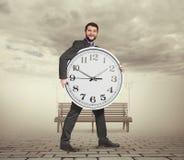 Νεαρός άνδρας με το μεγάλο ρολόι Στοκ εικόνες με δικαίωμα ελεύθερης χρήσης