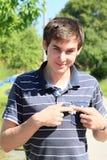 Νεαρός άνδρας με το λουλούδι Στοκ Εικόνα