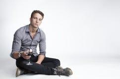 Νεαρός άνδρας με το ποτό και το τσιγάρο Στοκ φωτογραφία με δικαίωμα ελεύθερης χρήσης