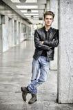 Νεαρός άνδρας με το σακάκι δέρματος που στέκεται έξω Στοκ εικόνες με δικαίωμα ελεύθερης χρήσης