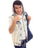 Νεαρός άνδρας με το σακίδιο πλάτης και τα ακουστικά Στοκ φωτογραφία με δικαίωμα ελεύθερης χρήσης