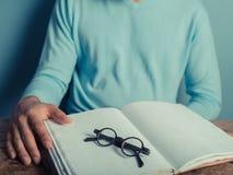 Νεαρός άνδρας με το σημειωματάριο και τα γυαλιά Στοκ φωτογραφία με δικαίωμα ελεύθερης χρήσης