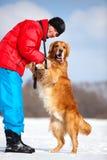 Νεαρός άνδρας με το σκυλί Στοκ Εικόνες