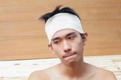 Νεαρός άνδρας με το τραύμα του κεφαλιού από τον ιατρικό επίδεσμο Στοκ φωτογραφία με δικαίωμα ελεύθερης χρήσης